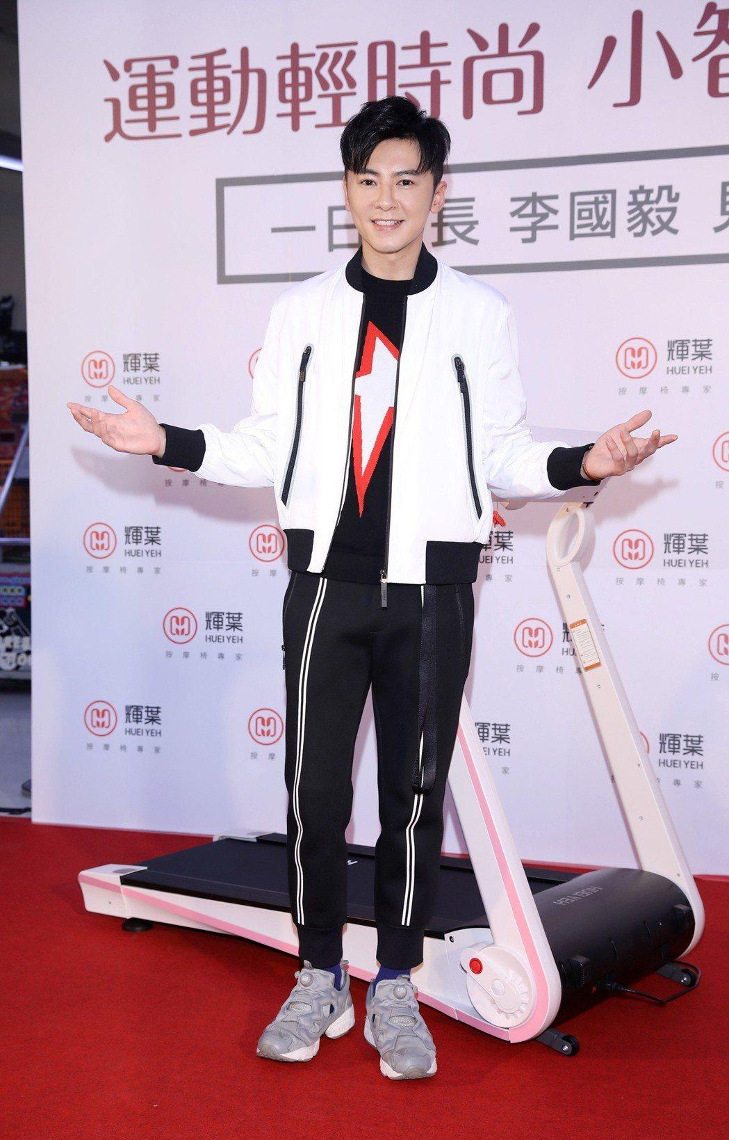 李國毅為健身器材擔任一日店長。圖/弗利思特提供