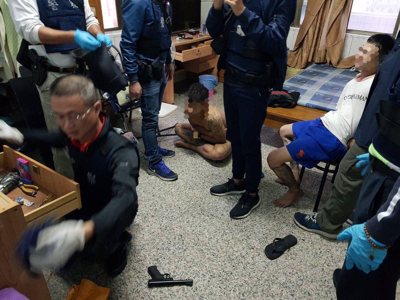 內埔警分局搜索長治鄉一處偏僻租屋處,破門進入時,歹徒還拿著槍,所幸被警方及時壓制...
