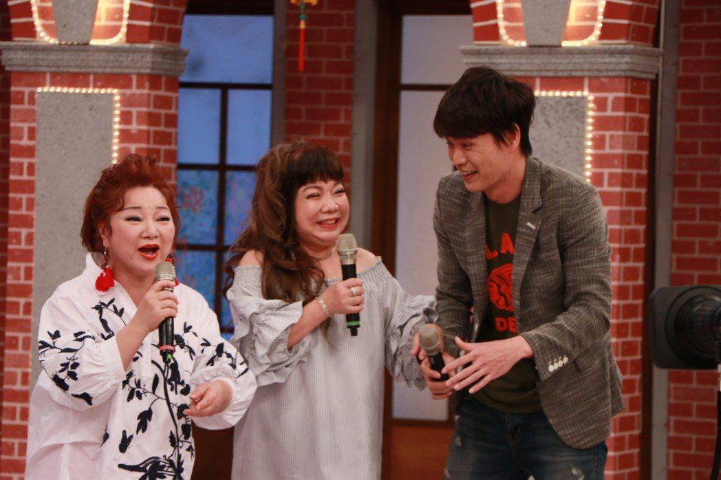 萁媽(中)和女婿黃鐙輝(右)上中視「冰冰Show」。圖/中視提供