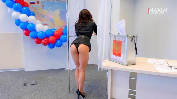 露出臀部的女模在投票亭前示範投票。(取自MAXIM)