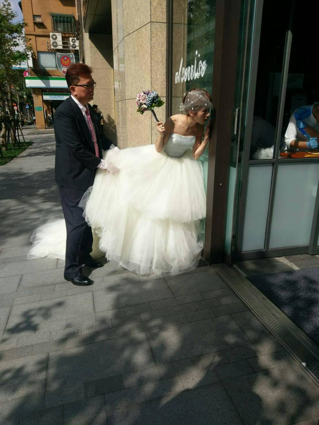 Lulu打扮成新娘造型,與爸爸一同參加UNT代言活動,進場時還不改俏皮本性。圖/...