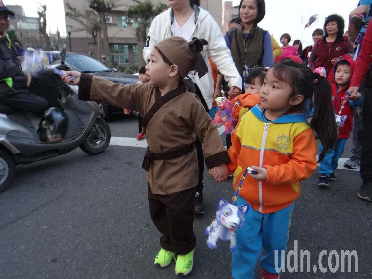 台灣燈會原鄉的北港仍保有流傳千年的提燈踩街,超可愛的小朋友還古裝打扮慶元宵,相當...