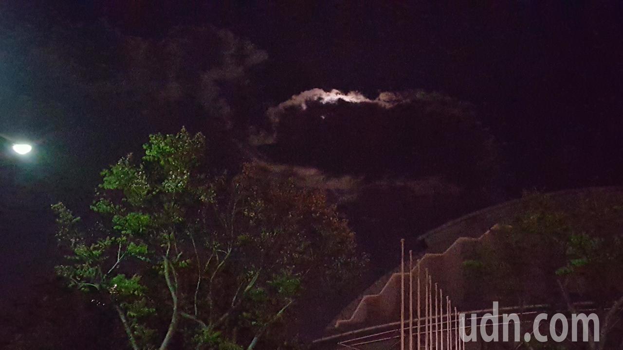 苗栗市巨蛋體育館上空晚間七點多出現像豬、狗「造型」的雲朵,讓目睹民眾、小朋友嘖嘖...