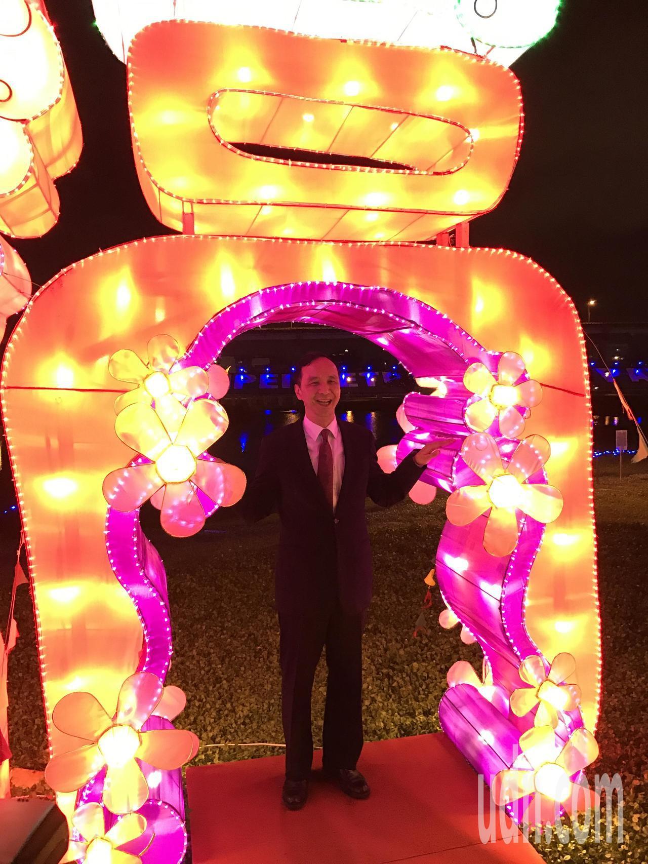 新北旺來福來燈會今晚點燈,市長朱立倫在福字花燈拍照,象徵「人在福中」。記者陳珮琦...