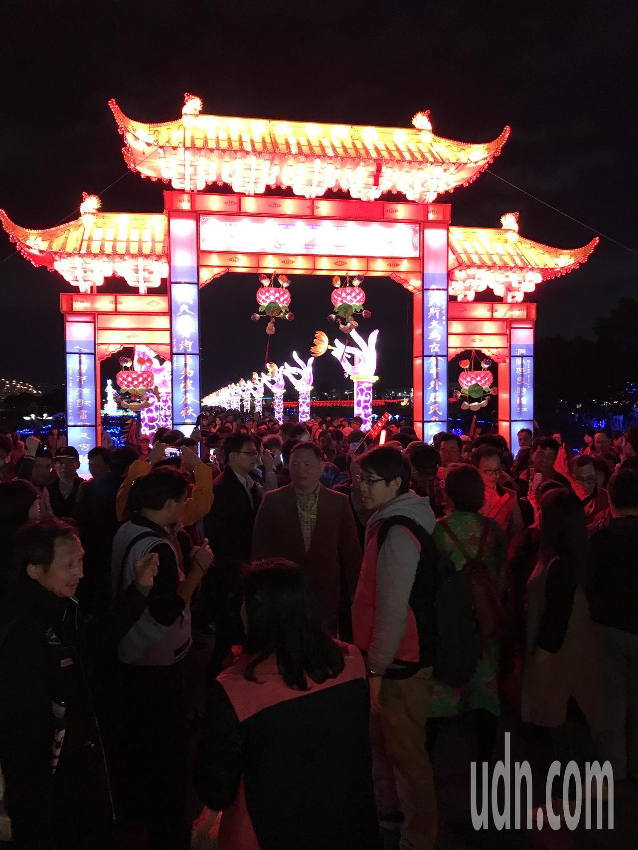新北旺來福來燈會今晚點燈,現場擠滿賞燈人潮。記者陳珮琦╱攝影