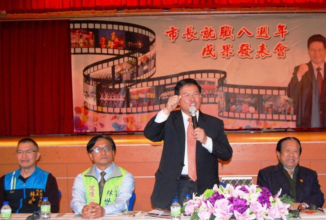 彰化市長邱建富(右2)暢談上任七年來的政績。記者林宛諭/攝影
