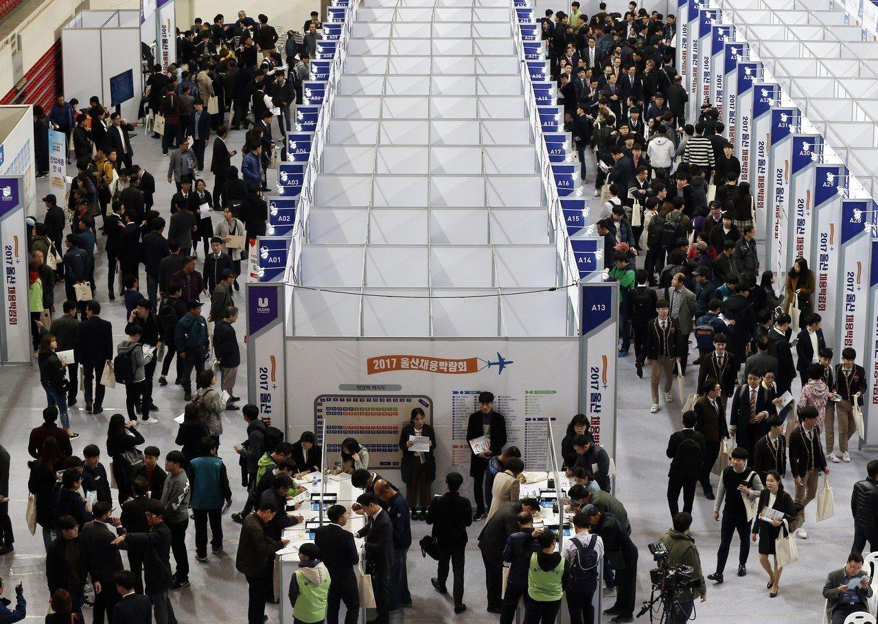 南韓政府接連調漲基本工資並降低工時,對勞資的影響難料,圖為工業重鎮蔚山市舉辦的就...