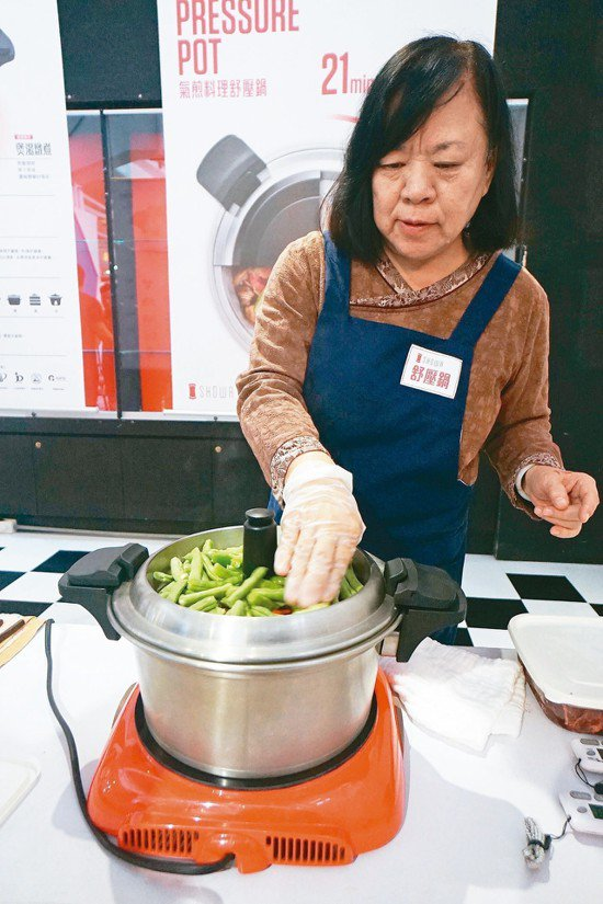 氣煎料理舒壓鍋,最大特色就是蓋子化身煎盤,利用下方水蒸氣可煎可炒。 記者王燕華/...