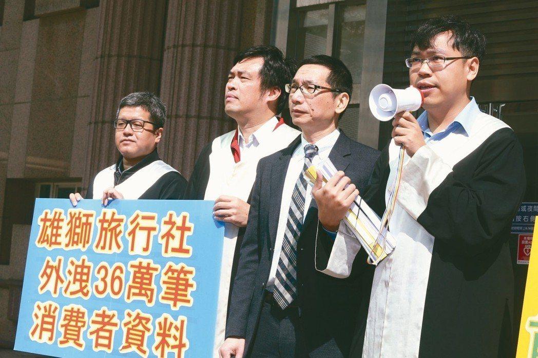 消基會董事長游開雄(右二)昨與律師到士林地院,提起首宗個資受害者團體訴訟。 記者...