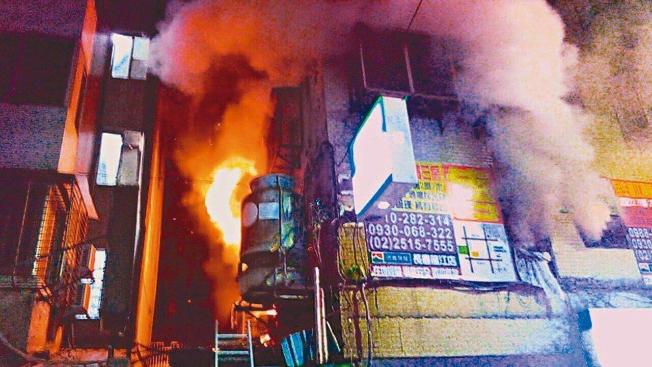 張姓清潔工在租住的龍江路大樓縱火,造成一死七傷。 記者李承穎/翻攝