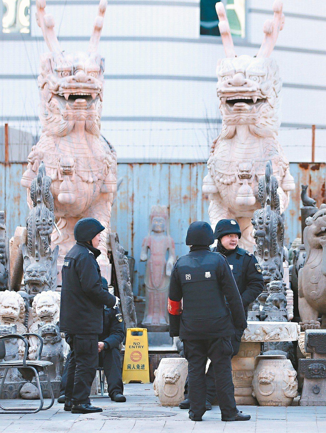 北京兩會將登場,兩會新聞中心開始警戒森嚴,警犬入駐,露天市場也出現了安全人員。 ...