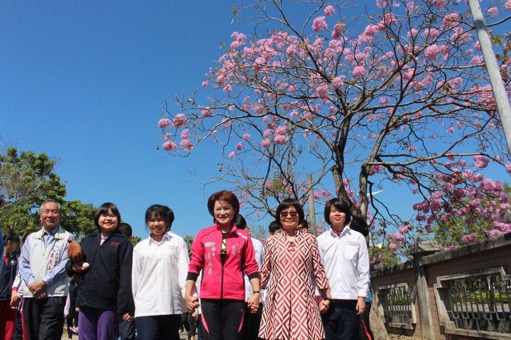 嘉義市議長蕭淑麗(前排中)昨天到嘉義市特教學校與學員們欣賞洋紅風鈴木,並許下生日...