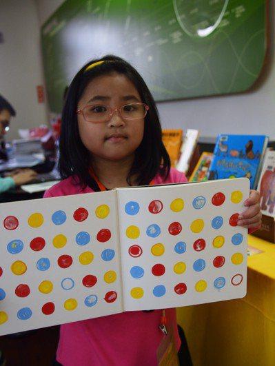 喜歡看書的7歲小妹妹梁寶德獲推薦為「愛閱達人」。記者林良齊/攝影