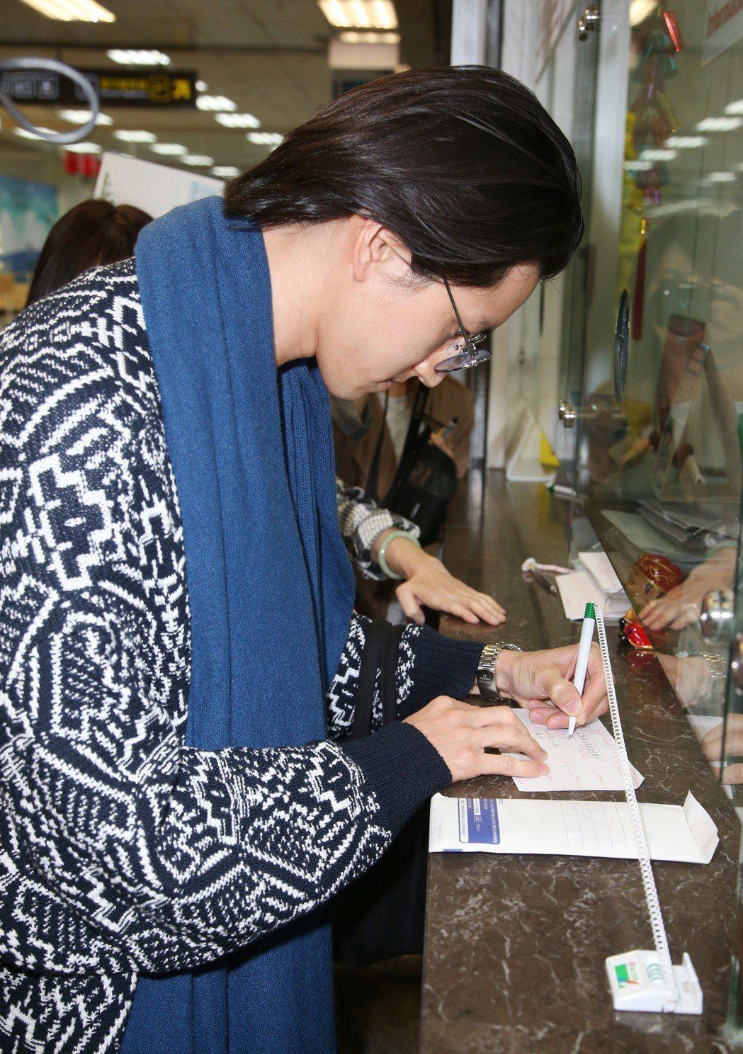 田口淳之介抵達松山機場直奔郵局捐款給花蓮災民。記者陳瑞源/攝影