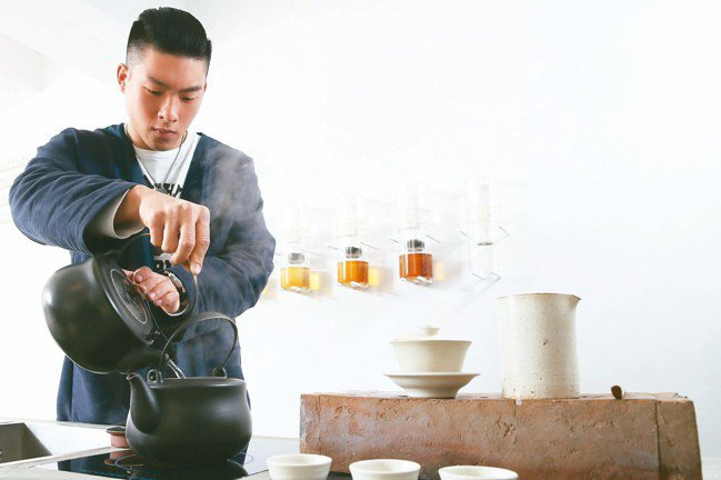 十間茶屋培訓茶師,堅持提供現泡茶。 圖/許正宏攝影
