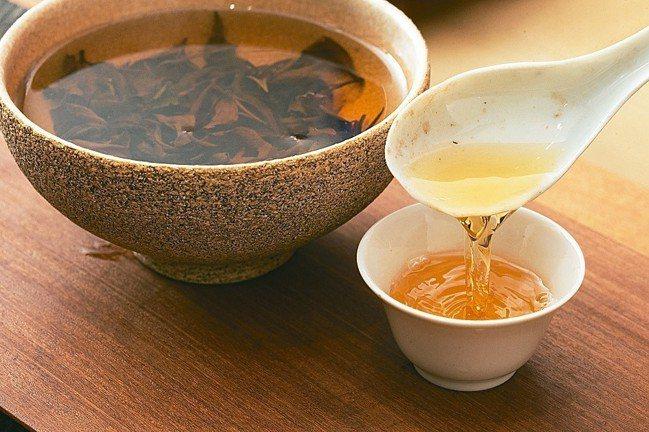 「之間」想連結茶碗到茶到飲用人。 圖/陳立凱攝影