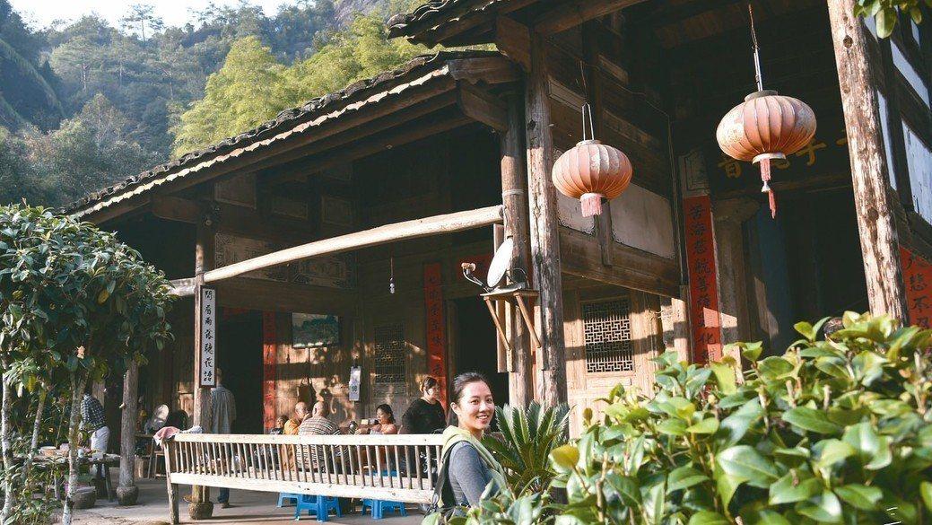 每年產茶季一到,Vicky就深入古樹茶產區蒐羅好茶。 圖/陳立凱攝影、三徑就荒提...