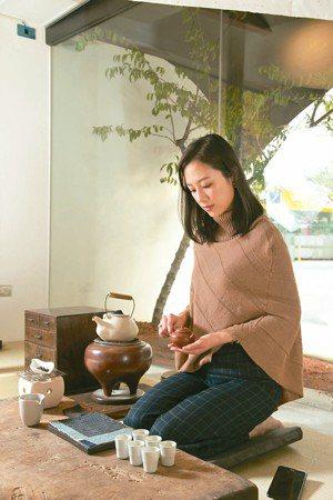 面對著馬路的專業茶室,時刻可見Vicky靜心練茶。 圖/陳立凱攝影、三徑就荒提供