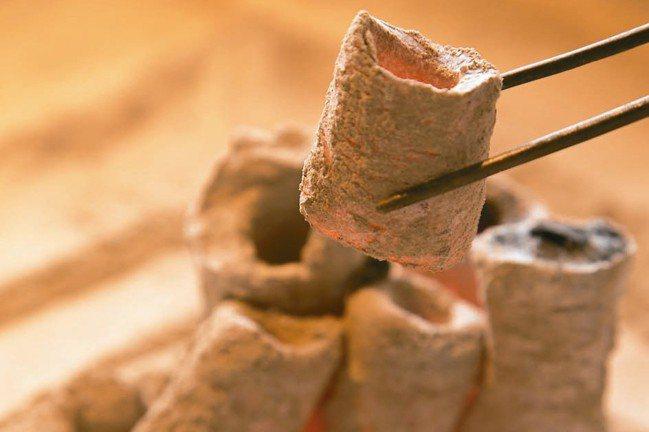 起炭焙茶是三徑就荒特有的讓茶香更高雅純淨祕方。 圖/陳立凱攝影、三徑就荒提供