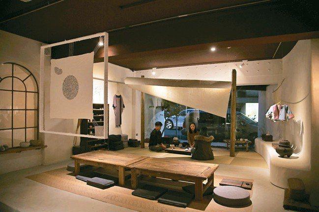 坐在幾何元素構築出的專業茶室,不自覺靜下心來。 圖/陳立凱攝影、三徑就荒提供