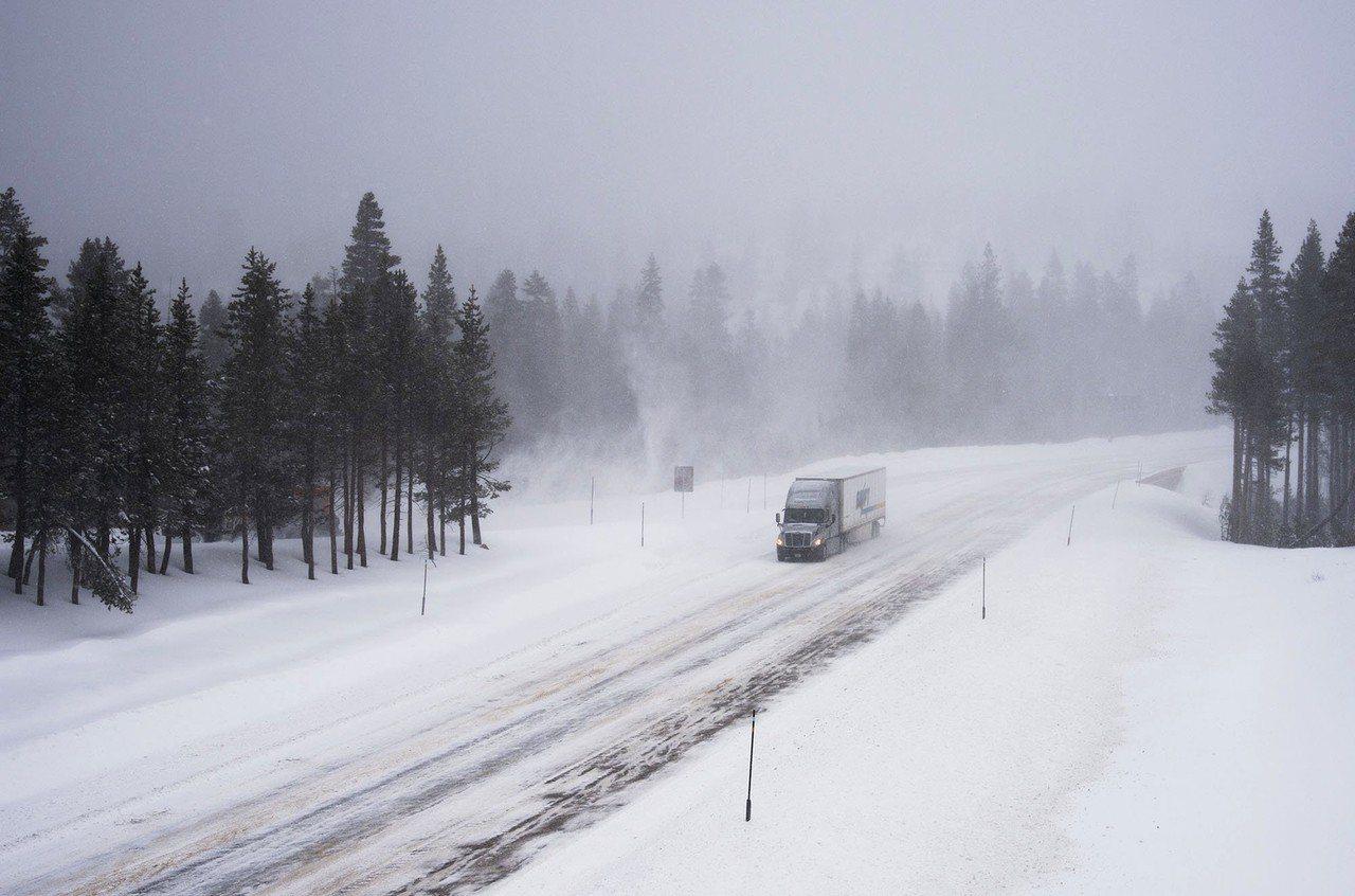 美國加州北部1日受到冬季風暴氣團侵襲,山區狂風大雪。美聯社