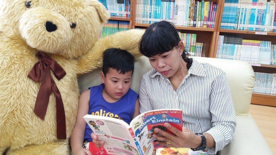 苗栗縣三灣鄉立圖書館內環境舒適,「像家一樣的閱讀空間」,吸引鄰近鄉鎮的民眾借閱書...