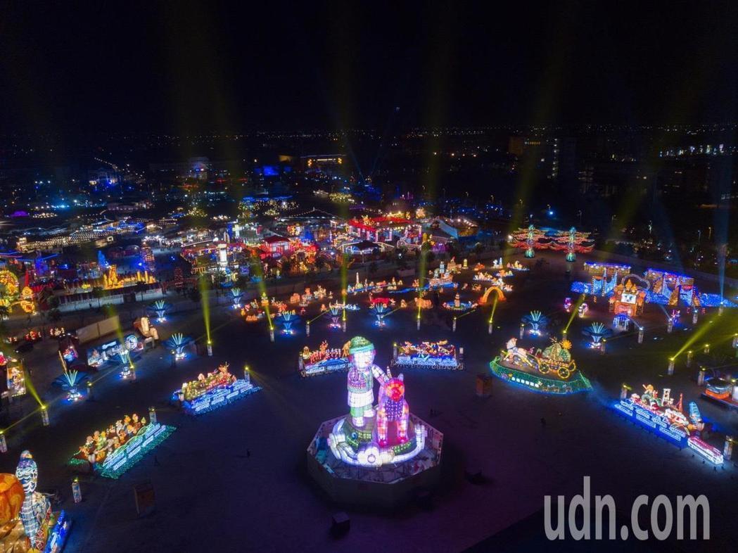 生肖狗年,交通部觀光局規劃的台灣燈會主燈造型「忠義天成」,今晚元宵夜點燈。圖/縣...