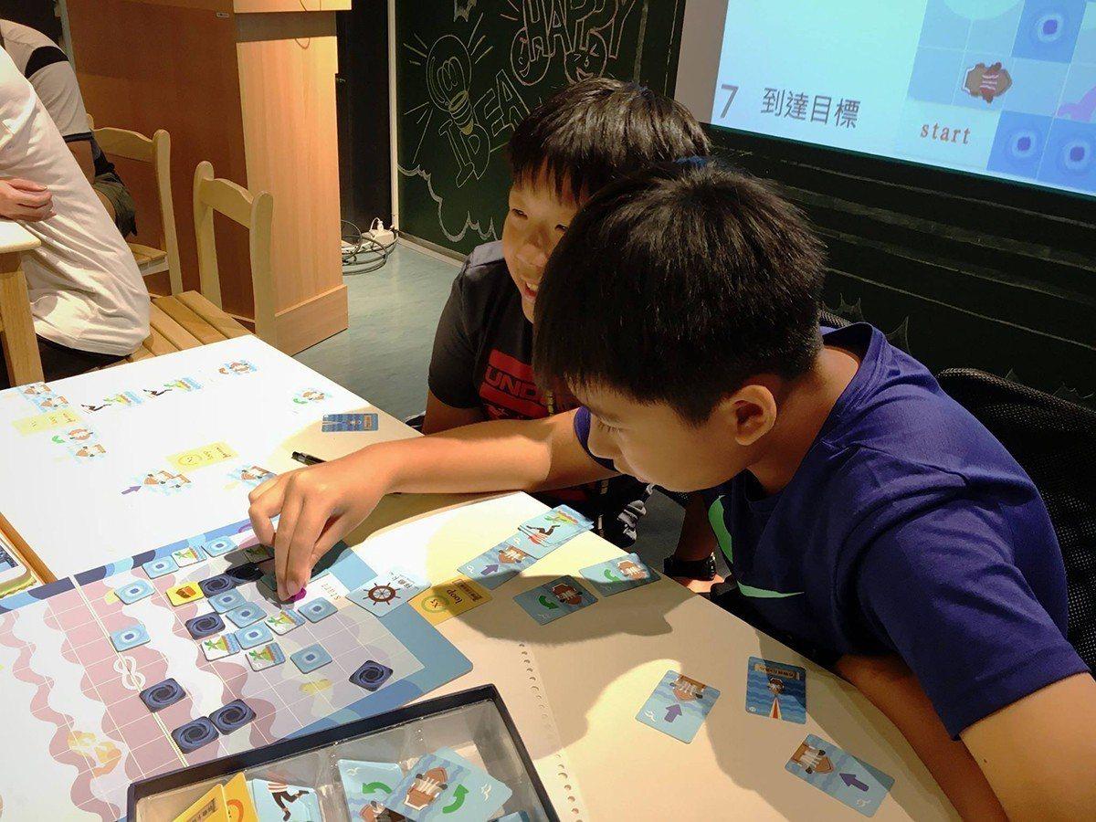 交大畢業生透過開發創意桌遊,帶領學生樂學程式。 圖/程式老爹 提供