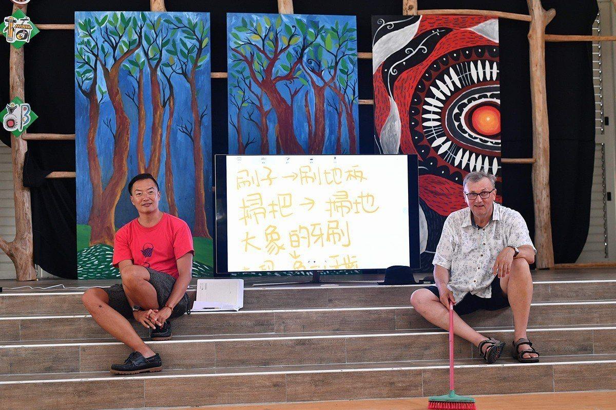 奧斯卡‧伯尼菲博士(右)與褚士瑩(左)在巴楠花部落小學幫師生帶來一堂生活哲學課。...