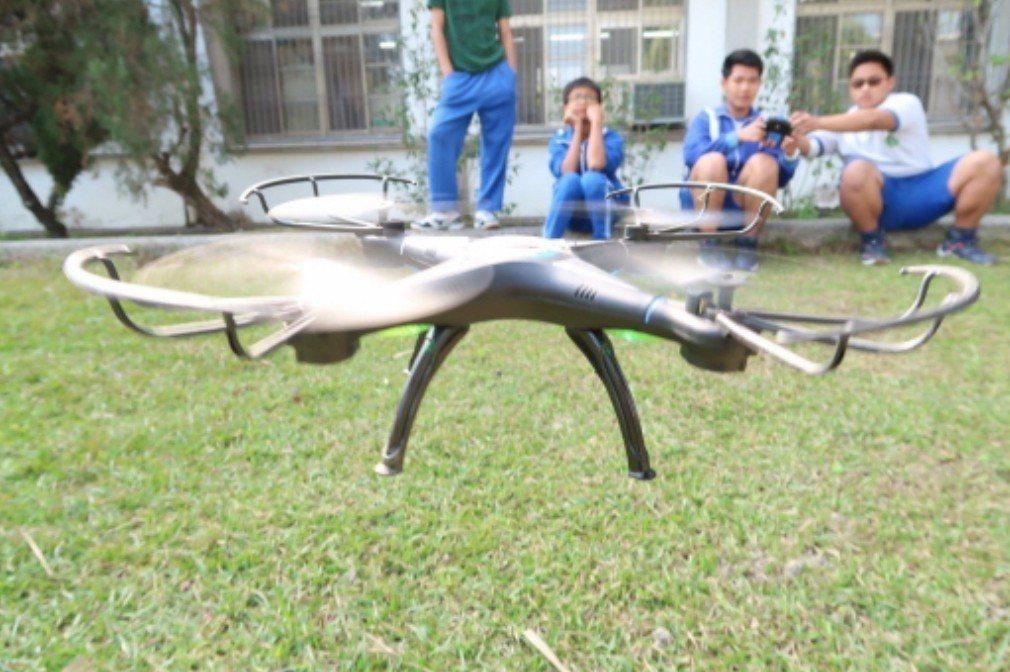 參與看見家鄉計畫的左鎮國中學生學習操作空拍機。 圖/取自左鎮國中臉書