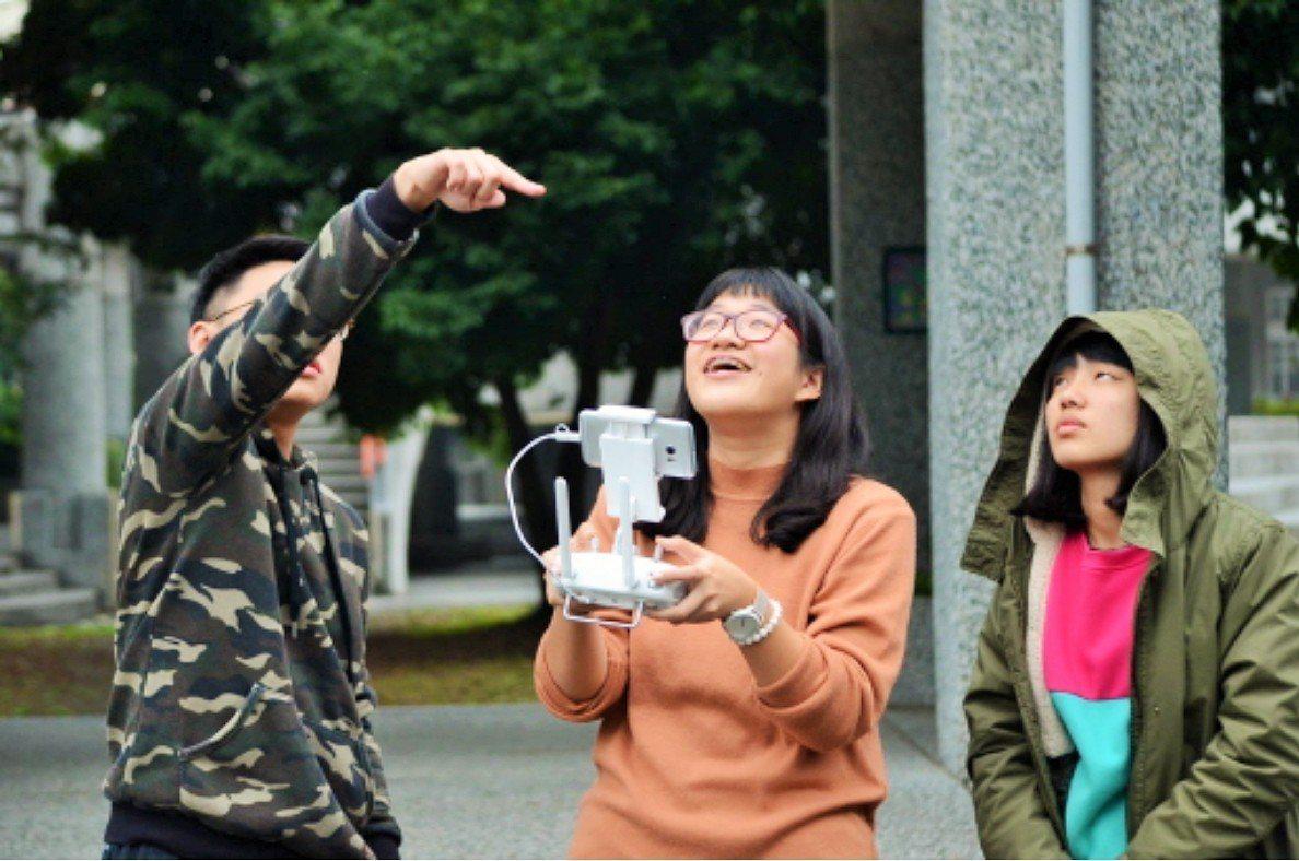學生透過空拍機認識家鄉,進而建立起認同。 圖/松山工農蘇恆誠老師 提供