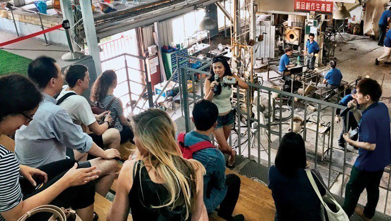 去年夏天,7名歐美旅客參觀春池玻璃、昆儀實業旗下木創品牌根源,他們多來自新創企業...