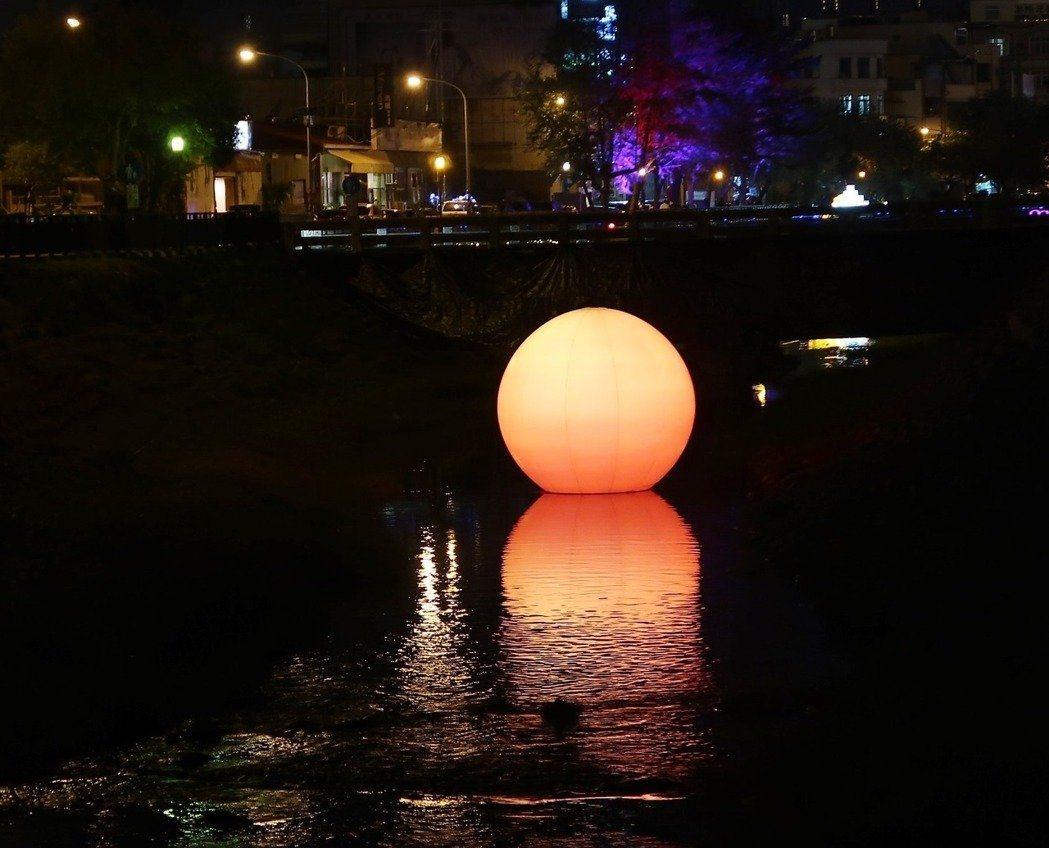 萬年溪畔展現的「橙日」。記者翁禎霞/攝影