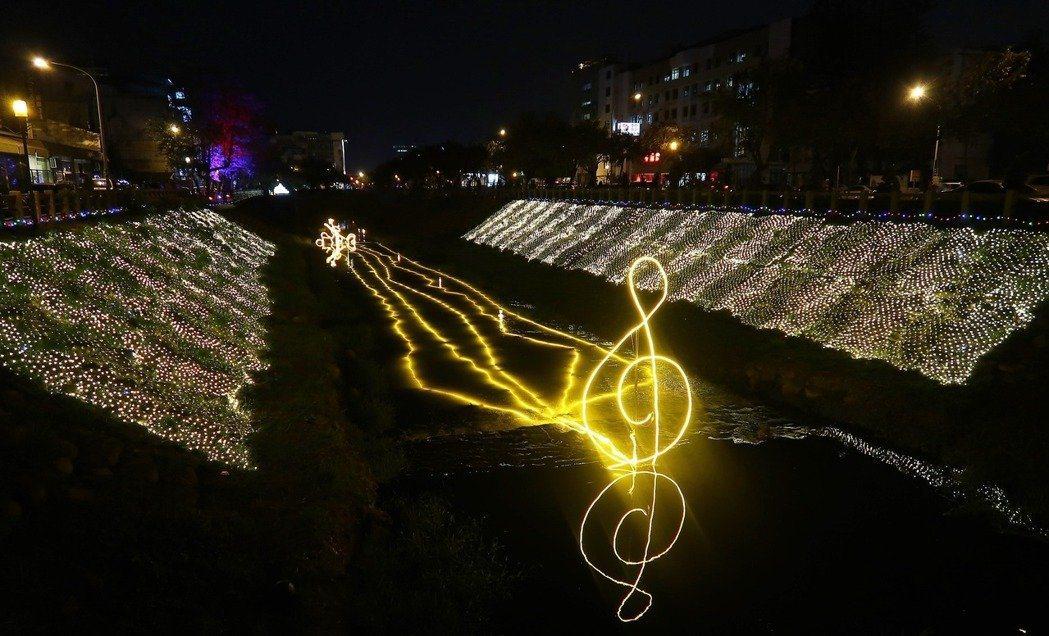 這組藝術燈飾搭配音樂展現「聽!萬年溪的歌唱」。記者翁禎霞/攝影