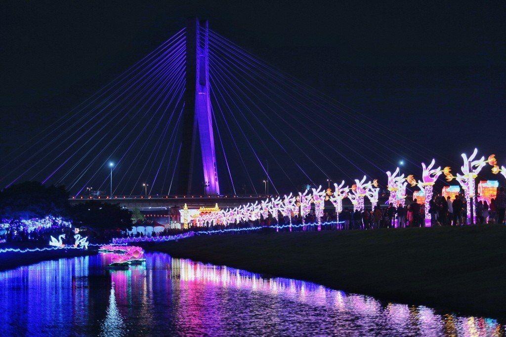 新北市祈福燈會點燈,共分五大主題燈區,吸引民眾目光,佇足欣賞。記者林伯東/攝影