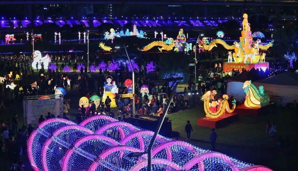 新北市祈福燈會共分五大主題燈區,吸引民眾目光,佇足欣賞。記者林伯東/攝影