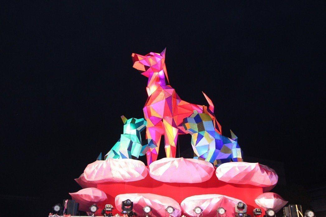 中台灣元宵燈會採雙主燈展示,港區藝術中心以「母犬守護」為主題,與台中公園公犬相互...