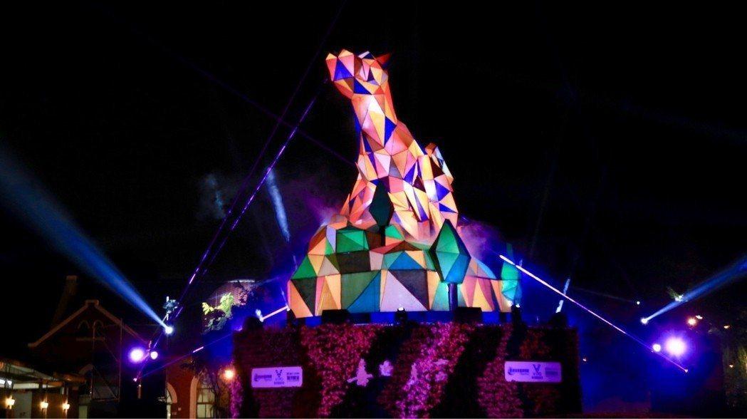 台中公園「喜迎來富」動態主燈秀,以「公犬遠瞻」為造型,結合現代聲光科技,360度...