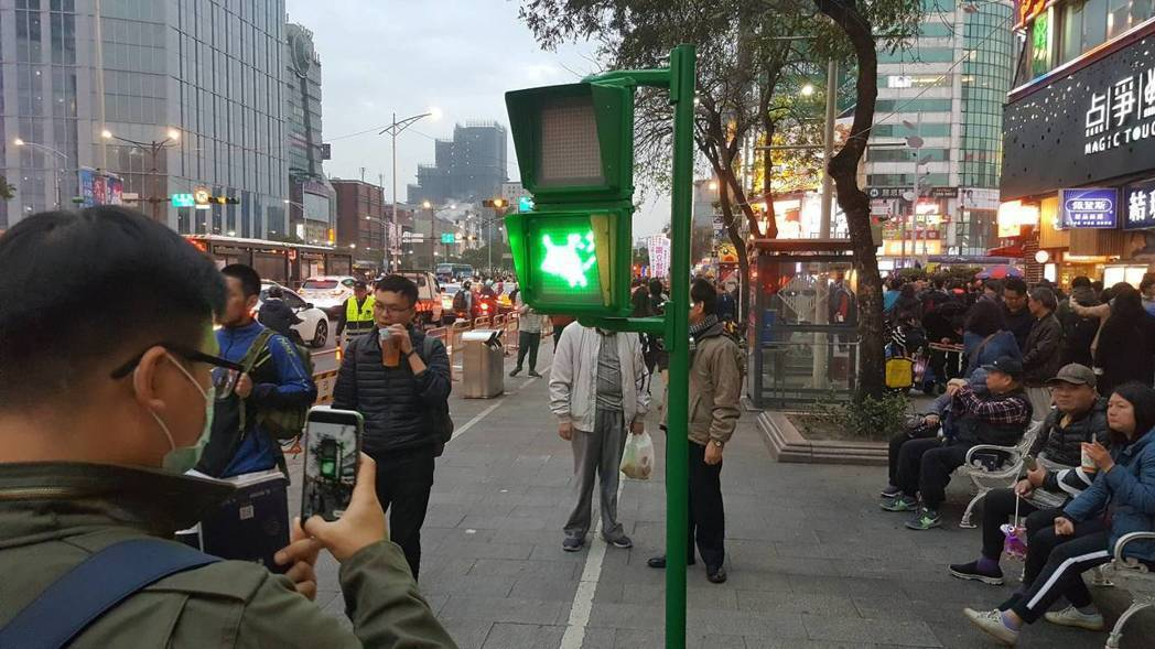 以交通號誌為元素的「狗來旺福號誌燈」。記者陳睿中/攝影