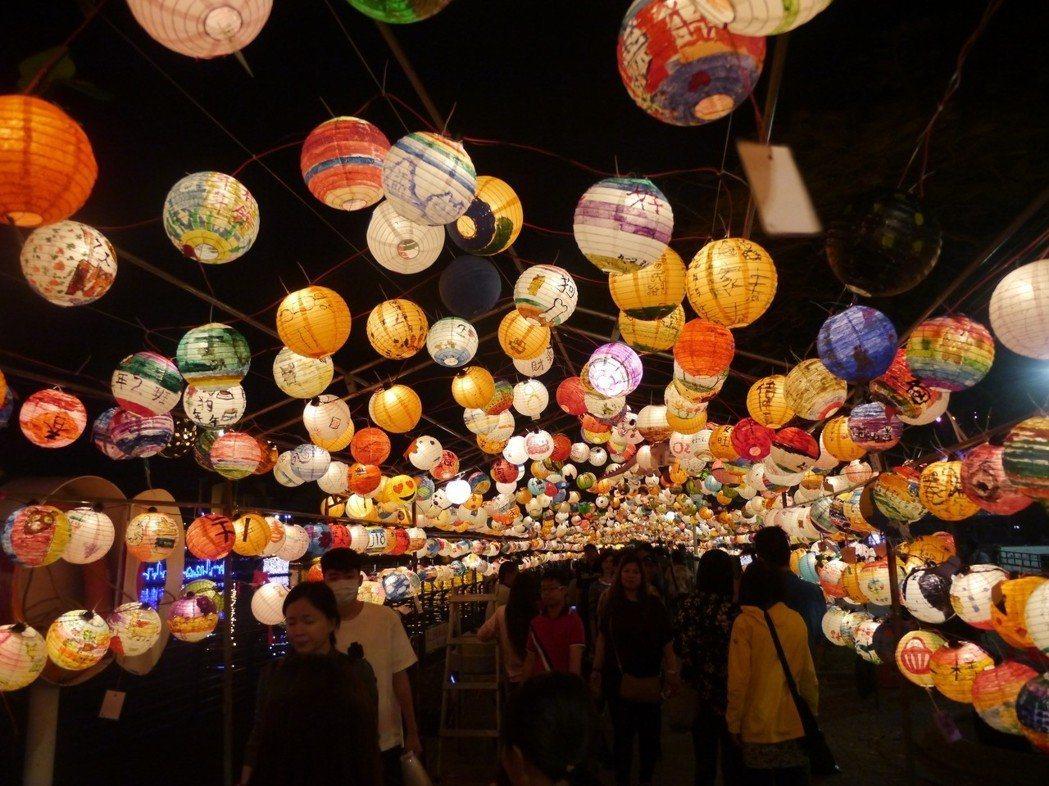 高雄藝術燈會在愛河畔登場,星光大道由4千盞燈籠打造而成,是最佳美拍點之一。記者徐...