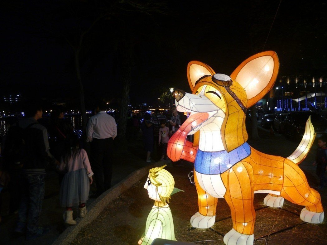 今年是狗年,各類可愛狗狗的花燈很受歡迎。記者徐白櫻/攝影