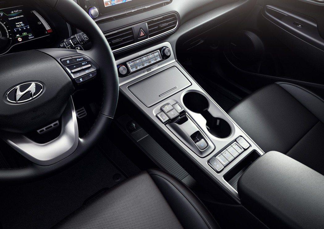 以電子式按鈕取消傳統的排檔桿與手剎車設計。 摘自Hyundai