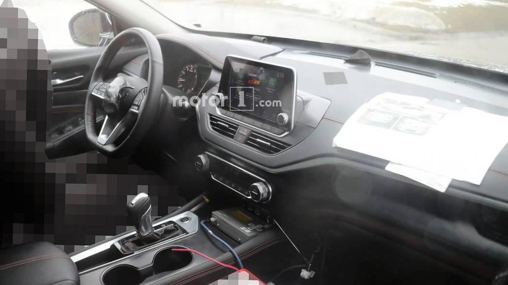 新Nissan Altima的內裝曝光。 摘自Motor1