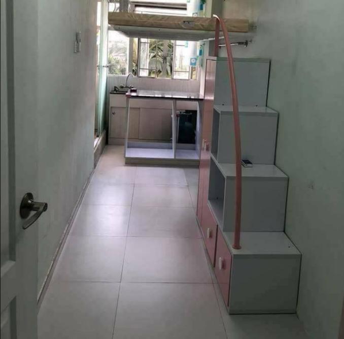 小小的空間,床懸空在廚房上方,月租金竟要台幣約22000元。圖擷自香港01