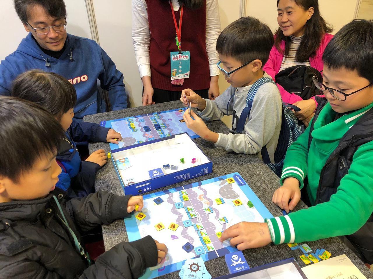 學生透過遊戲式的邏輯思考,逐步建構寫程式的能力。 圖/程式老爹 提供