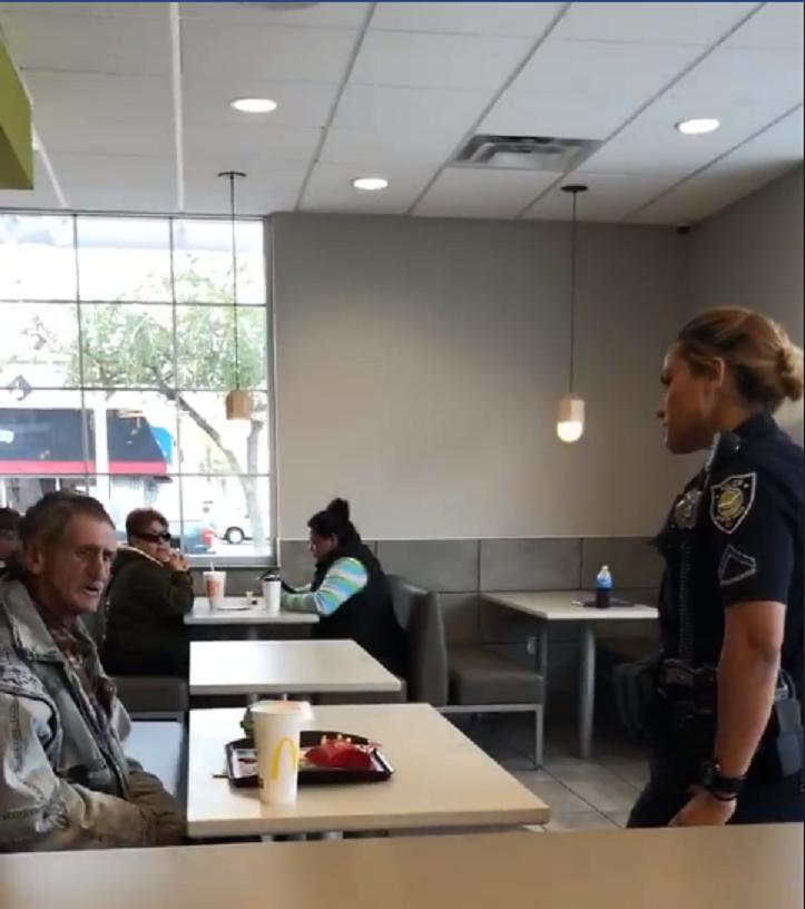 男子好心請街友吃麥當勞,卻被雙雙勸離,怒PO網控店家真的是糟透了。圖擷自fa...