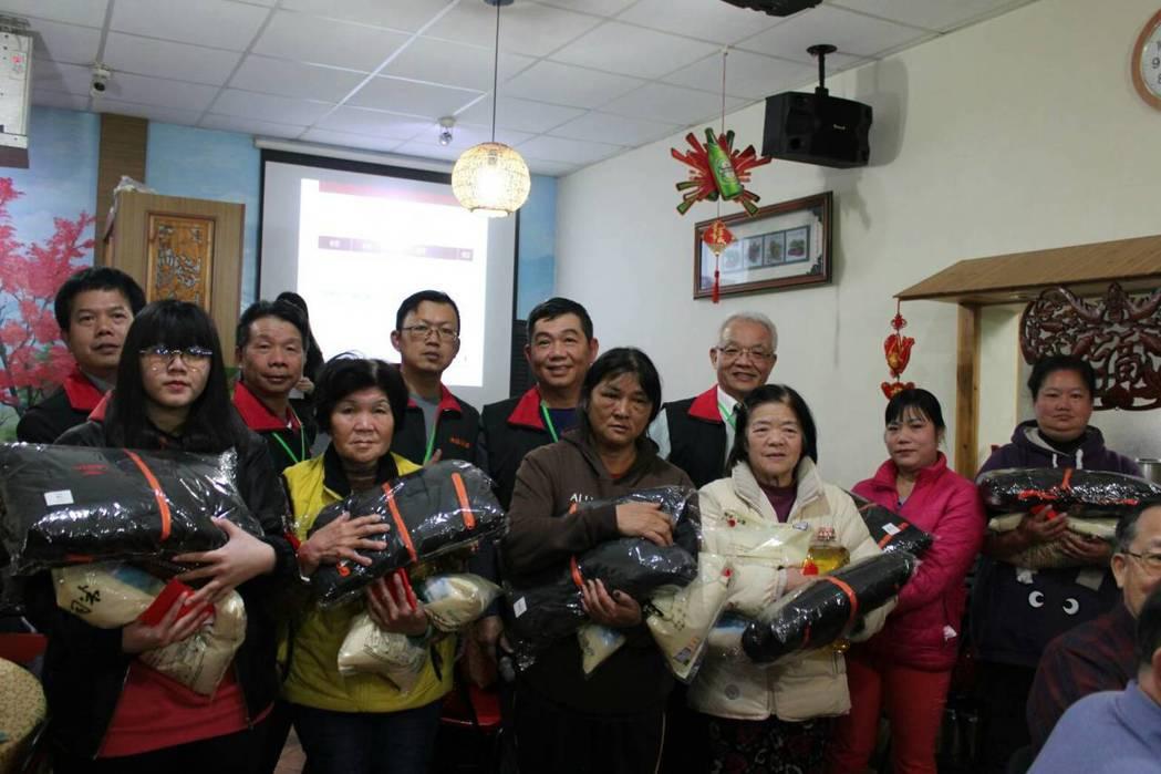 台灣大埔美廠商協進會發放生活扶助金&物資給急難救助的民眾。