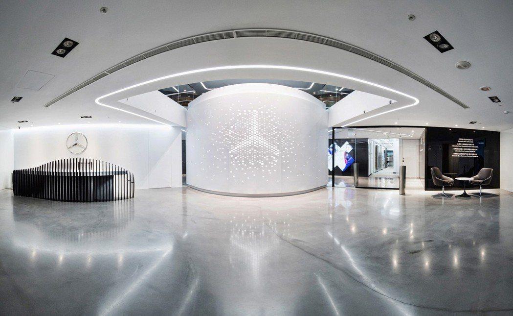 為響應母集團Daimler的全球移動辦公與工作環境革新願景,台灣賓士也斥資新台幣八千萬重新改造台北辦公室,以舒適明亮的開放空間提供優質辦公環境。 Mecedes-Benz 台灣賓士提供