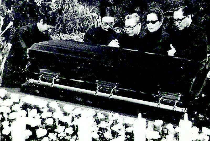 1975年4月5日蔣中正逝世,家屬(由左至右)蔣孝武、蔣孝勇、蔣經國、蔣宋美齡、...