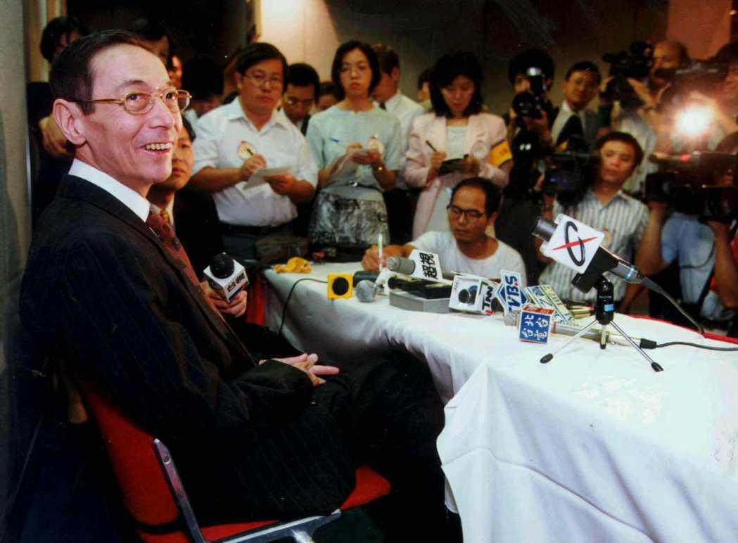蔣家第三代蔣孝勇(左)對當時國民黨處理兩位蔣故總統移靈的作法,公開表示不滿。 圖...